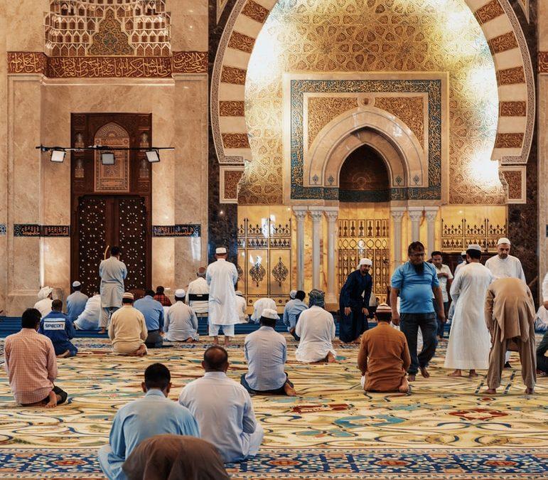 Menschen in einer Moschee beim beten